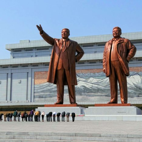 Vandermeer-foto4-Visitors bowing in a show of respect for North Korean leaders Kim Il-sung and Kim Jong-il on Mansudae (Mansu Hill) in Pyongyang, North Korea.-wikicommons